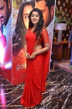 Anupama_Parameswaran_Hot in_Red_Saree (17)