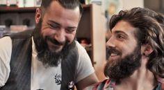 Barbero en el acto de cuidar la barba a un cliente