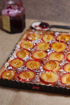 TARTE AUX PRUNES À LA CRÈME NOISETTE AUX FRUITS ROUGES Cheesecakes, Muffins, Dessert Recipes, Pizza, Cooking, Food, Sweet Recipes, Plum Cake, Muffin