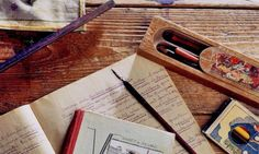 Les outils de travail scolaire sur le pupitre d'écolier