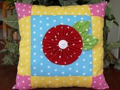 Cojín con yoyo en tela de lunares. Polka dot pillow with yo yo.