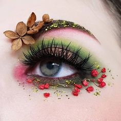 Christmas makeup looks exceptional whether it is subtle or very bright. Check out our holiday makeup ideas and choose the one that works best for you. Eye Makeup Designs, Eye Makeup Art, Eye Art, Makeup Inspo, Eyeshadow Makeup, Makeup Inspiration, Face Makeup, Eyeshadow Palette, Bright Eye Makeup
