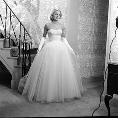 White Clothes For Debutantes Date taken: October 1951 Photographer: Nina Leen 50s Outfits, White Outfits, Fashion Outfits, Step Inside, One Shoulder Wedding Dress, Wedding Dresses, Proposal, October, Clothes