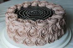 Hei! Tässä sitten tämä serkun ylioppilasjuhlien superminttu-suklaa-täytekakku. Kuten nimestä arvaakin, kakku on sukua juustokak...