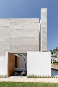 Opaque concrete walls and wooden lattices enclose a family house on an island in Guayaquil designed by Ecuadorian practice Orense Arquitectos to feel tranquil and secluded. Glass Stairs, Glass Railing, Facade Design, House Design, White Stairs, Concrete Houses, Concrete Walls, Internal Courtyard, Two Storey House