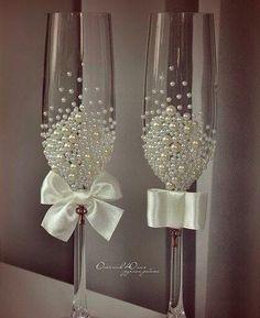 Este posibil ca imaginea să conţină: interior Wedding Wine Glasses, Wedding Champagne Flutes, Wedding Bottles, Champagne Glasses, Wine Glass Favors, Wine Glass Candle Holder, Cake Table Decorations, Wedding Stage Decorations, Decorated Wine Glasses