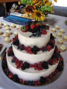 Fresh fruit cake with daisy cupcakes