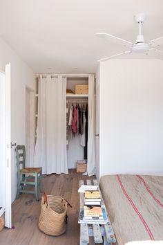 Dormitorio / Armario con cortina de tela | bedroom | fabric | courtains |wardrobe