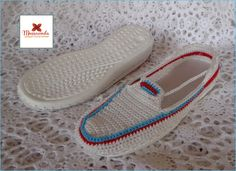 Calzado casual para chicas, grandes y pequeñas hecho a mano en la técnica de crochet. Por #MussaendaCroche. www.facebook.com/... www.instagram.com... twitter.com/... #moda #estilo #crochet #hechoamano #Venezuela #fashion #style #handmade #crochetshoes #zapatos #shoes