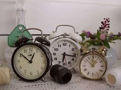 Oude wekkers (old clocks) www.blossombrocante.nl