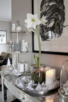 Christmas decoration in white, black and silver. http://anettewillemine.com/