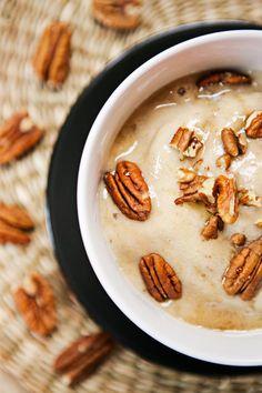 Oggi che il caldo si fa sentire non c'è niente di meglio di un bel gelato fatto in casa: banana e noci pecan un po' caramelloso! Buona merenda! ;)   Ricetta su: http://karmaveg.it/gelato-alla-banana-noci-pecan-caramelloso-senza-gelatiera/