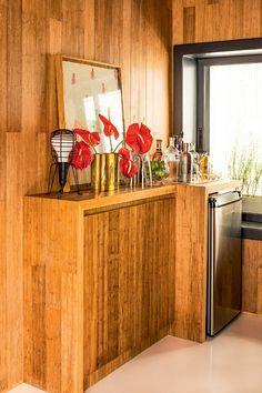 Decoração de apartamento pequeno tem soluções de cor e sensação de amplitude