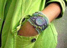 He encontrado este interesante anuncio de Etsy en https://www.etsy.com/es/listing/182836500/beaded-jewelry-bead-embroidery-cuff