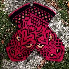 Crochet Patterns Mittens Ravelry: SMAUG mittens pattern by JennyPenny … Knitted Mittens Pattern, Loom Knitting Patterns, Knit Mittens, Knitting Charts, Knitted Gloves, Knitting Stitches, Knitting Socks, Knitting Projects, Hand Knitting