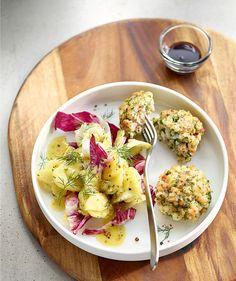 Tegernseer Edelfischpflanzerl mit Kartoffel-Bittersalat, Foto: © Hubertus Schüler