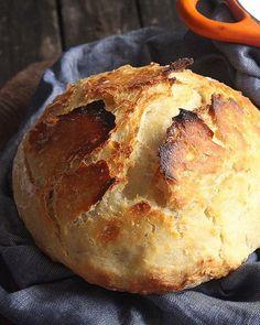Pão caseiro com cara (e casca!) de pão italiano. Super fácil, super delicioso! A receita, que leva apenas farinha de trigo, água, fermento e sal, é do Richie da @acozinhacoletiva. #vireifã ➡️Em uma tigela grande, misture 3 xíc. de farinha de trigo, 2 col. de chá de sal e 1 col. de chá de fermento biológico seco. Junte 1 e 1/2 xíc. de água morna, misture com um garfo e cubra com filme plástico. Reserve em temperatura ambiente por de 8 a 18 horas. Passe a massa da tigela para uma superfície…
