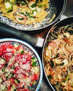 Plantaardig zonder banaan: Kookoverleg. Agendapunten in de mix. Eivrije omelet met een rijstnoedelgroenteroerbaksel en salade.