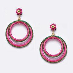 Pendiente de flamenca en forma de aro doble pequeño en color fucsia con detalle en verde.
