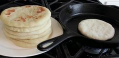Some aromas were lodged in our memory indelible and one of them is the aroma of bread. Making homemade bread may seem difficult, but this pita br. Pain Frit, Pan Bread, Pan Fried Bread, Skillet Bread, Bread Baking, Baking Soda, Food Preparation, Food Hacks, Food And Drink