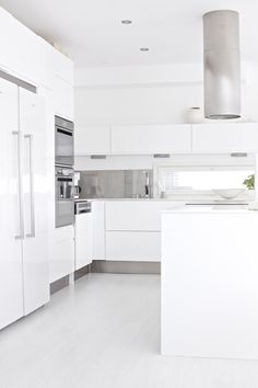Weiße Küche mit Fensterschlitz (a bit too white & sterile) Kitchen Living, Kitchen Decor, Küchen Design, House Design, Scandinavian Kitchen, Stylish Kitchen, Cuisines Design, Beautiful Kitchens, Interior Design Kitchen