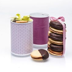- Småkakor med fyllning av Hasselnötskräm - Double Cookies with filling of Hazelnut Cream and Chocolate-dipped, - tempér the chocolate?