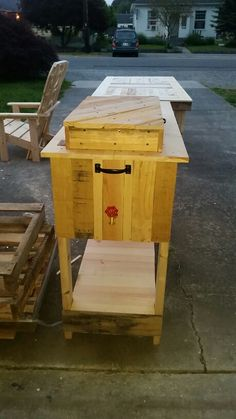 Outdoor pallet ice chest