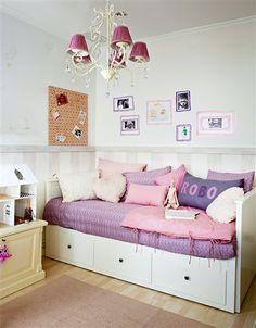 Imagen de http://www.elmueble.com/medio/2013/10/16/dormitorio_de_nina_con_cama_nido_y_lampara_de_lagrimas_439x563.jpg.