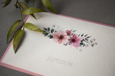 2 karty z zaproszeniem na papierze 220 – 250 g ** (w zależności od rodzaju papieru wydruki mogą się różnić) kolor koperty – do wyboru pełna paleta PODSTAWOWY ZESTAW: 2 karty w formacie A6 z wydrukiem jednostronnym przewiązane sznurkiem – 5 zł 1 karta w formacie A6 z wydrukiem dwustronnym przewiązana sznurkiem – 5 zł 1 karta A5 złożona do formatu A6 otwierana w pionie lub w poziomie, bigowana z zadrukiem na 1 i 3 stronie – 5 zł Minimalna ilośćzamawianych zaproszeń z jednym składem… Tableware, Paper, Dinnerware, Tablewares, Dishes, Place Settings