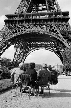 "Paris 1966 ""Looking at the Eiffel Tower"" by Richard Kalvar"