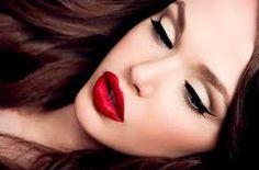 Resultado de imagen de mujeres maquillandose labios
