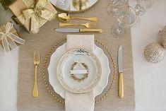 mesa posta dourada e branca para o natal.