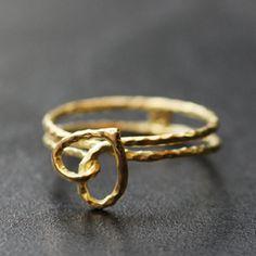 Bague Athénée  en or massif mat et brillant et cabochons de tourmalines et peridots