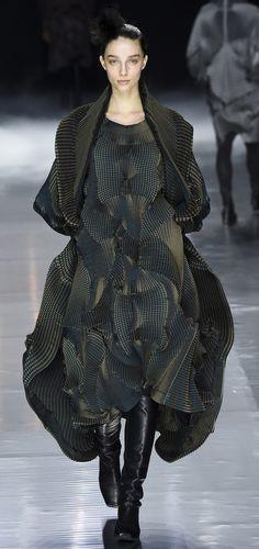 Catwalk photos and all the looks from Issey Miyake Autumn/Winter Ready-To-Wear Paris Fashion Week News Fashion, Fashion Week, Fashion Art, Trendy Fashion, Autumn Fashion, Womens Fashion, Fashion Design, Paris Fashion, Fashion Details