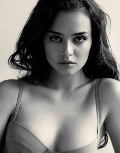 Turkish model Elif Aksu