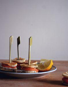Blinis com salmão fumado e queijo creme