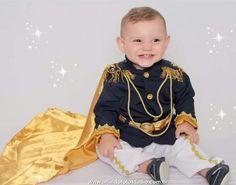 Linda fantasia, confeccionada em, oxfordine, cetim, algodão e strass em dourado. A fantasia é composta em:  > blazer  > calça com detalhes;  > capa de príncipe e coroa.  Fazemos em outras cores também....