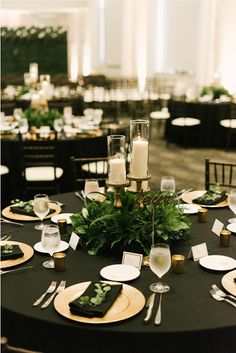 Green Wedding Centerpieces, Greenery Centerpiece, Gold Wedding Decorations, Black And Gold Centerpieces, Green Party Decorations, White Centerpiece, Gold Table Numbers, Emerald Green Weddings, Wedding Table Settings