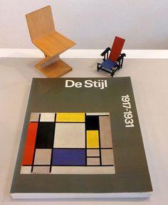 Literatuur : 'De Stijl' met daarbij 2 miniatuur stoeltjes