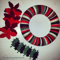 Carla Positano Handmade: Ghirlanda di Natale Crochet Wreath, Crochet Flowers, Knit Crochet, Christmas Wreaths, Christmas Decorations, Xmas, Holiday Decor, Knitting Patterns Free, Free Pattern