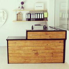 Mostrador de madera a medida y estantes con varilla roscada. Diseño industrial. Decoración