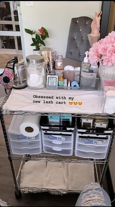 lash tech room ideas Lash Cart at Cocoa Lash Beauty Bar in Austin, TX Home Beauty Salon, Home Nail Salon, Nail Salon Decor, Beauty Salon Decor, Beauty Bar, Beauty Studio, Salon Interior Design, Interior Design Magazine, Salon Design