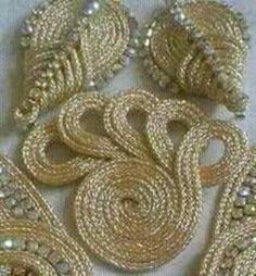 Motif Soutache, Machine Embroidery Designs, Embroidery Patterns, Hijab Dress Party, Simple Blouse Designs, Goldwork, Creative Embroidery, Point Lace, Caftan Dress