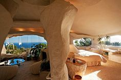 Flintstone-Style House is located in Malibu retreat on Pacific View Road that will look familiar to fans of the Flinstones cartoon sitcom. Deco Design, Design Case, Flintstone House, Fred Flintstone, Flintstone Theme, Malibu For Sale, Architecture Design, Organic Architecture, Pavilion Architecture