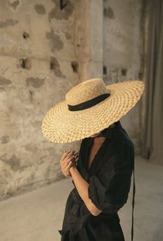 Crush Cul de Sac — :: eliurpi :: via honestlyWTF :: Minimal Photography, Fashion Photography, Minimal Outfit, Outfits With Hats, Parisian Chic, Elegant Wedding Dress, Summer Hats, Minimalist Fashion, Minimalist Photos