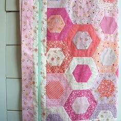 Honeycomb quilt top using Posy. Quilting Projects, Quilting Designs, Sewing Projects, Quilt Design, Fabric Crafts, Sewing Crafts, Hexagon Quilt, Hexagons, Quilting Board