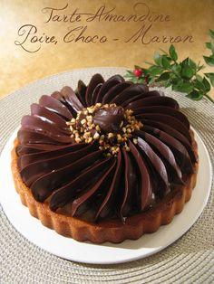 Une tarte plus que gourmande  qui allie 4 parfums que j'affectionne particulièrement: l' amande , dans un fond biscuité moelleux, légeret ...