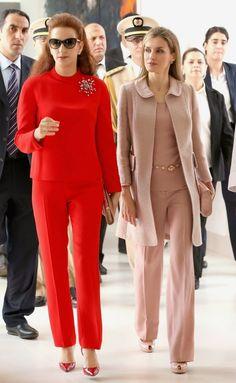 15 July 2014 - Day 2 Queen Letizia and Princess Lalla Salma visited the Lalla Salma Centre for Research Against Cancer in Rabat. Conjunto de Felipe Varela, de abrigo en bouclette de verano en arena-rosa, con ribetes de seda, y cuerpo y pantalón en seda al tono, con cinturón de cuarzo rosas. Lo completó con peep-toe y sobre de charol, también de Varela.