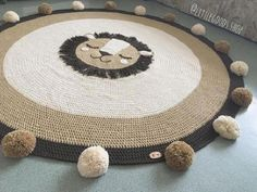 The round crochet rug is a versatile craft that you can make to decorate your home or even to sell and complement your income. Crochet Mat, Crochet Rug Patterns, Crochet Carpet, Crochet Home, Animal Rug, Knit Rug, Fur Carpet, Knitting Accessories, Baby Knitting