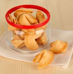 Zu einem chinesischen Essen gehören Glückskekse einfach dazu. Mit diesem Rezept lassen sich die kulinarischen Glücksbringer auch zuhause backen - ein Muss für die nächste Party!